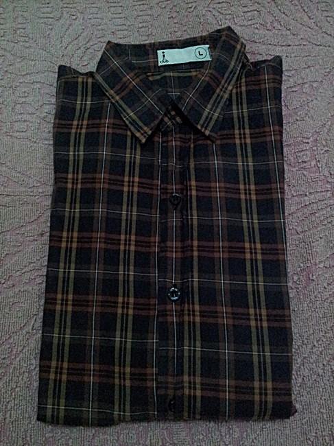 เสื้อเชิ๊ตลายสก๊อตสีน้ำตาล ราคา 150 บาท