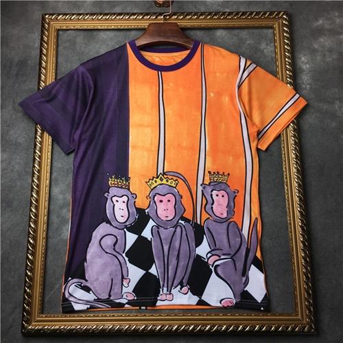 Dolce & Gabbana - Purple & Orange Three Wise Monkeys T-Shirt เสื้อยืดพิมพ์ลายลิงสามตัว Three Wise Monkeys ยืนบนลายตาราง จากแบรนด์ Dolce & Gabbana. เสื้อทรูโทน สีม่วง และ สีส้มเหลือง ผลิตจาก ผ้าฝ้าย/Cotton