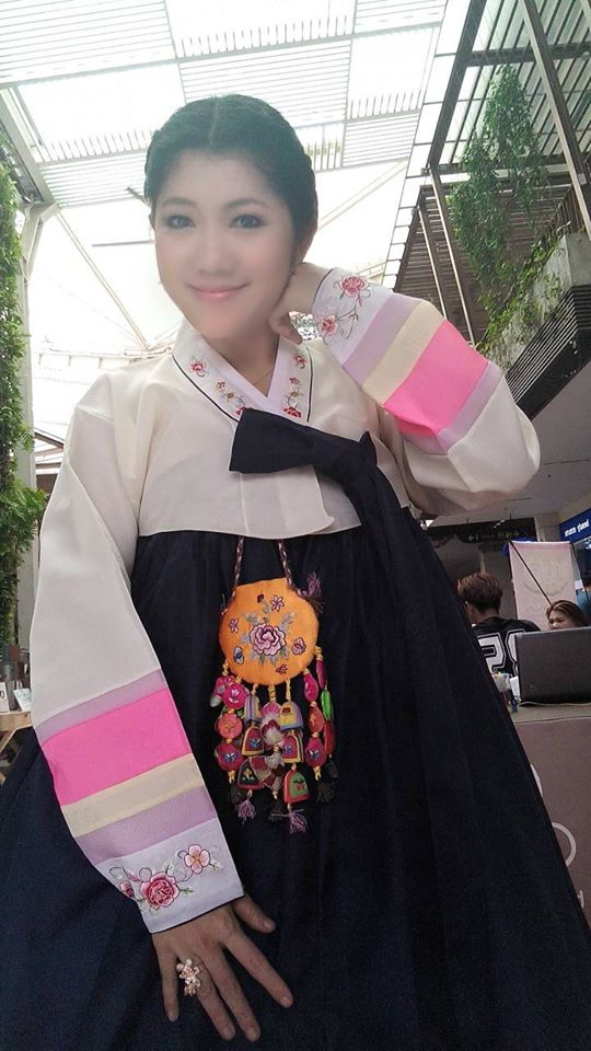 Hanbok เกรดพรีเมี่ยม แบบต่อปลายแขน ลายปักดอกไม้น่ารัก กระโปรงปักมือ